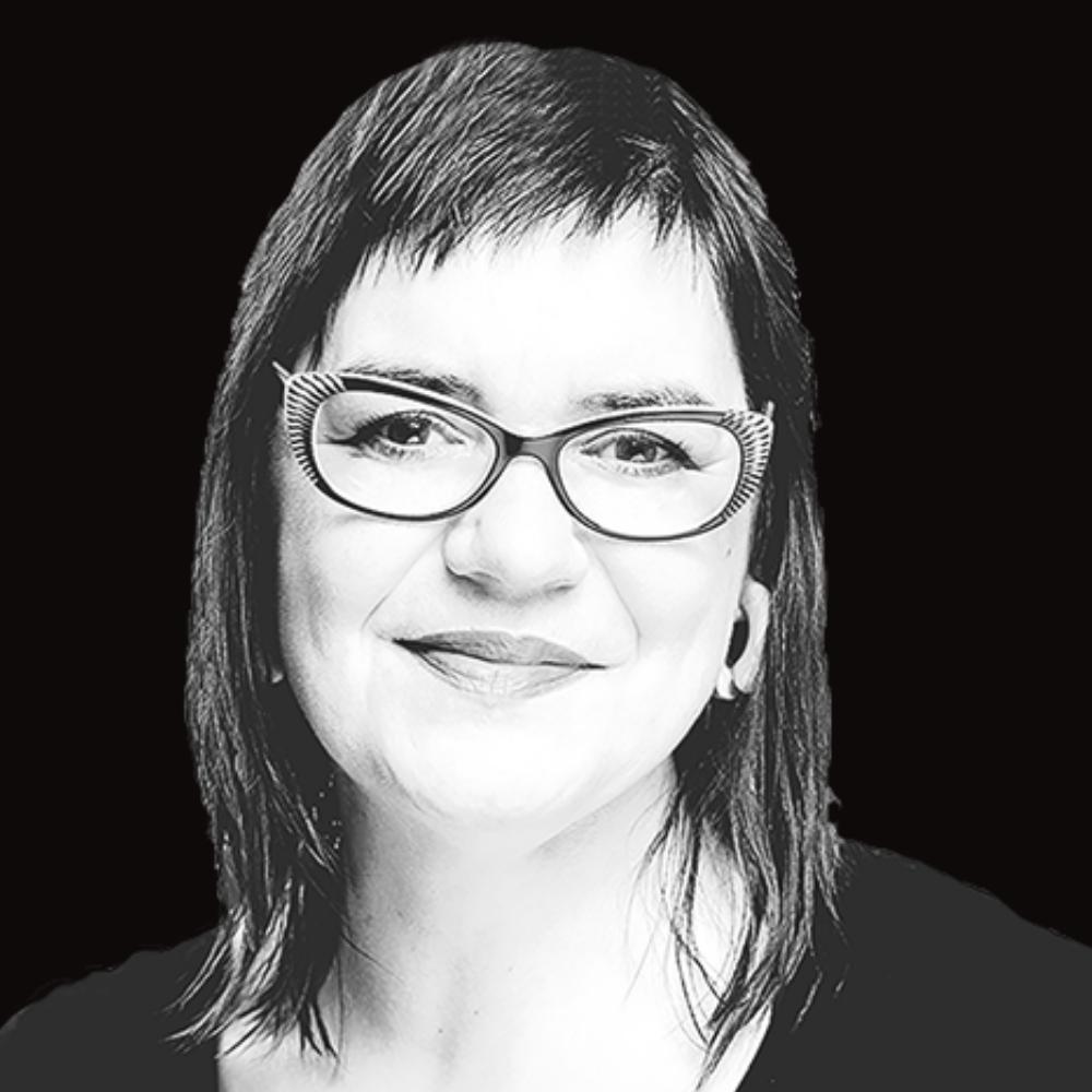 Portret Roos Vlek tegen zwarte achtergrond
